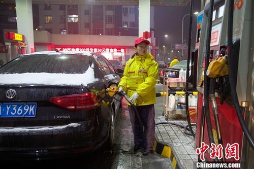 12月14日,山西太原,加油站工作人员给车辆加油。<a target='_blank' href='http://www.chinanews.com/'>中新社</a>记者 张云 摄