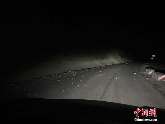 资料图:震区公路上的碎石。青海省地震局供图
