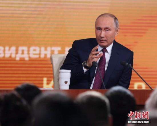 """普京在会上总结俄罗斯今年的发展,并回应有关俄美关系和俄运动员禁赛等一系列问题,对于备受关注的明年3月大选,他表示将以作为""""自荐候选人""""身份参选。 <a target='_blank' href='http://www.chinanews.com/'>中新社</a>记者 王修君 摄"""