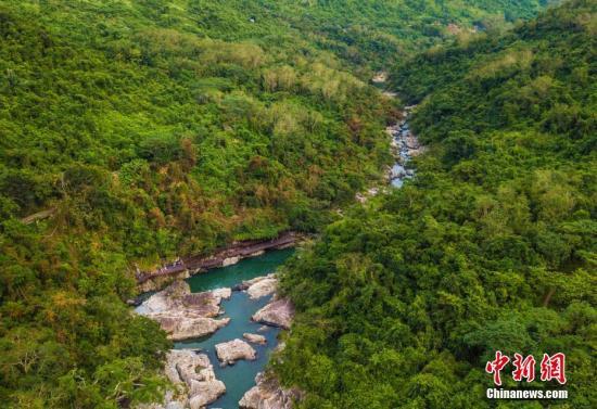 资料图:航拍海南呀诺达热带雨林景区,鸟瞰壮美山水、广袤雨林。骆云飞 摄