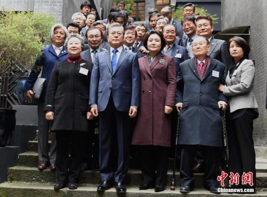 文在寅夫妇与独立运动人士后代在大韩民国临时政府旧址合影留念。周毅 摄