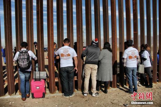 资料图:美墨边境隔离墙。
