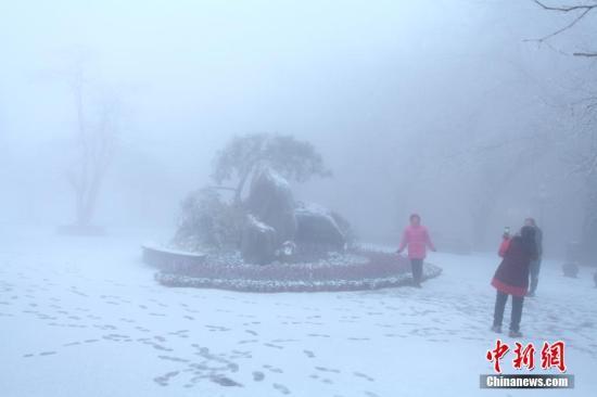 受强冷空气影响,12月16日清晨,江西庐山风景区降下2017年入冬第一场雪。 吴健 摄
