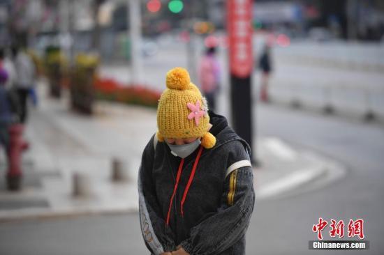 12月16日,寒风中的市民。 记者 刘冉阳 摄