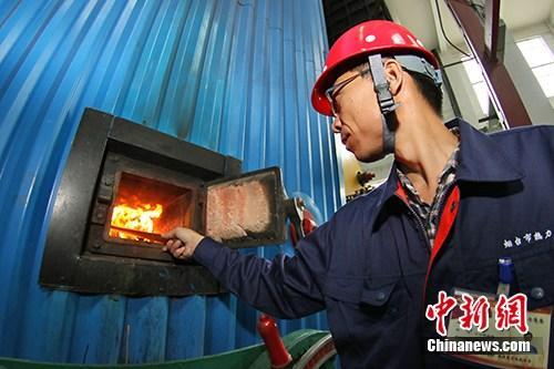 资料图:供暖工作正式启动,各燃煤供热站开始点火烘炉。中新社发 唐克 摄