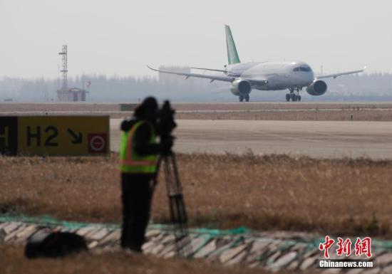 12月17日,上午10时34分,国产大型客机C919-10102架机在上海浦东机场第四跑道首次飞上蓝天。这是继C919-10101架机于今年5月5日首飞之后,实现首飞的第二架C919飞机。首飞期间,浦东机场并没有像第一架C919首飞时那样采取特殊的流量管制措施,机场流量正常,大多数航班正常起降。 中新社记者 殷立勤 摄