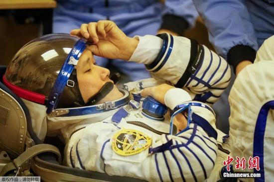 """当地时间2017年12月17日,哈萨克斯坦拜科努尔航天发射场,宇航员做最后的测试和准备后登上""""联盟MS-07""""载人飞船,将前往国际空间站。日本宇宙航空研究开发机构宇航员金井宣茂及俄罗斯航天集团公司宇航员什卡普列罗夫、美国国家航空航天局宇航员廷格尔3人乘坐的""""联盟MS-07""""载人飞船,将于当日发射前往国际宇宙空间站。"""