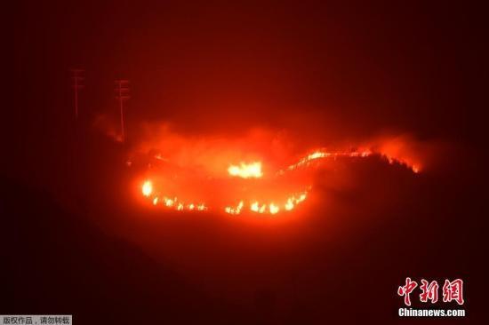 当地时间2017年12月16日,美国加州,山火持续肆虐。