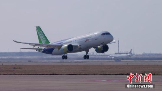 12月17日,上午10时34分,国产大型客机C919-10102架机在上海浦东机场第四跑道首次飞上蓝天。这是继C919-10101架机于今年5月5日首飞之后,实现首飞的第二架C919飞机。首飞期间,浦东机场并没有像第一架C919首飞时那样采取特殊的流量管制措施,机场流量正常,大多数航班正常起降。经过1小时58分钟的飞行,国产大型客机C919-10102架机于12:34降落在上海浦东机场第四跑道。这是继C919-10101架机于今年5月5日首飞之后,实现成功首飞的第二架C919飞机。 商飞公司供图