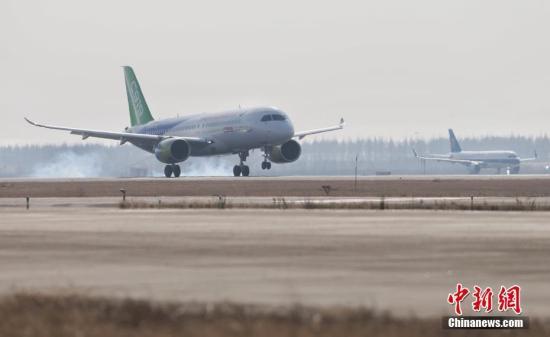 12月17日,上午10时34分,国产大型客机C919-10102架机在上海浦东机场第四跑道首次飞上蓝天。 中新社记者 殷立勤 摄
