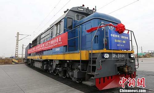 12月17日,中欧班列·蓉欧快铁(意大利米兰-成都)首趟测试班列顺利抵达成都国际铁路港。该趟班列满载意大利的机械、金属制品、高档家具以及瓷砖等货物,于比利时当地时间11月28日12时从意大利米兰出发,途径奥地利、捷克、波兰、白俄罗斯、俄罗斯、哈萨克斯坦,经阿拉山口入境,最终抵达成都青白江。这是成都继波兰罗兹、德国纽伦堡、荷兰蒂尔堡等地之后,开通的第11条国际铁路货运线路。 <a target=