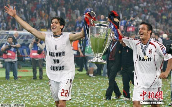回回AC米兰后的卡卡不再实柳经的逃风少年。(材料图:2007年欧冠赛,卡卡取队用俾多下举欧冠奖杯,肆意庆贺。)