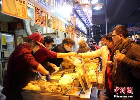 资料图:入夜的旺角,到处人山人海、热闹喧哗。游客和市民喜欢的各种街头小吃,门庭若市。 <a target='_blank' href='http://www.chinanews.com/'>中新社</a>记者 洪少葵 摄