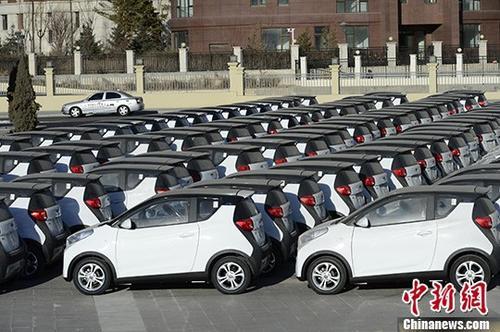 资料图:集中停放的电动汽车。 <a target='_blank' href='http://tao820.com/'>中新社</a>记者 刘文华 摄