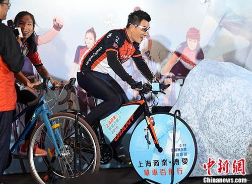 """12月18日,由香港博爱医院主办""""博爱单车百万行2018""""将于明年3月在香港昂船洲大桥举行。 当日,台湾知名歌手任贤齐以活动大使出席发布会,为活动掀起序幕。记者 谭达明 摄"""