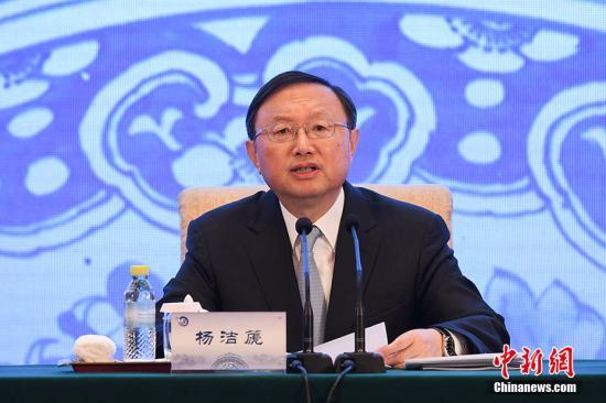 12月19日,第四届世界华文教育大会在北京开幕,来自世界55个国家和地区的近600位华文教育界代表参会。图为中共中央政治局委员、国务委员杨洁篪出席开幕式并致辞。 记者 崔楠 摄