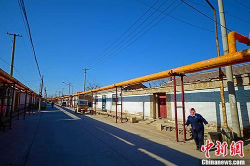 12月19日,天津市西青区辛口镇郭庄子村,电代煤供暖管道通入家家户户。据悉,西青区投入15.6亿元用于农村冬季清洁能源取暖这一民心工程,稳步推进煤改、气改清洁能源的工作,既保蓝天白云,又保群众温暖过冬。今年9月,中国环境保护部联合十部门和六省市启动了京津冀及周边地区秋冬季大气污染综合治理攻坚行动。 中新社记者 佟郁 摄