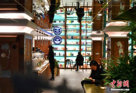 资料图:河北省图书馆一层东北角,一家24小时营业的书店内。<a target='_blank' href='http://www.chinanews.com/'>中新社</a>记者 翟羽佳 摄
