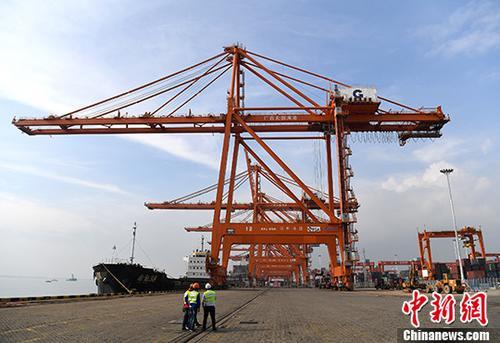12月20日,据广西钦州市统计局消息,2017年1至11月,钦州港累计完成港口货物吞吐量7547万吨,同比增长19%;其中外贸完成3128.6万吨,同比增长9.5%;内贸完成4418.4万吨,同比增长26.8%;集装箱完成159.9万标箱,同比增长30.6%,其中外贸完成37.5万标箱,同比增长43.1%。图为广西钦州保税港区泊位。(资料图片) <a target='_blank' href='http://www.chinanews.com/'>中新社</a>记者 俞靖 摄