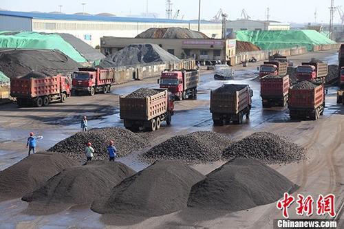 12月19日,货车在广西钦州保税港区起步码头装卸锰矿石准备装船外运。官方统计,今年1至11月,钦州港累计完成港口货物吞吐量7547万吨,同比增长19%。随着中新互联互通南向通道战略的实施,目前钦州港已开通集装箱航线36条,实现东南亚主要港口全覆盖。&#10;<a target='_blank' href='http://www.chinanews.com/'>中新社</a>记者 敖帅昌 摄