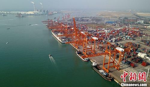 12月20日,据广西钦州市统计局消息,2017年1至11月,钦州港累计完成港口货物吞吐量7547万吨,同比增长19%;其中外贸完成3128.6万吨,同比增长9.5%;内贸完成4418.4万吨,同比增长26.8%;集装箱完成159.9万标箱,同比增长30.6%,其中外贸完成37.5万标箱,同比增长43.1%。图为广西钦州保税港区码头。(资料图片) <a target='_blank' href='http://www.chinanews.com/'>中新社</a>记者 俞靖 摄