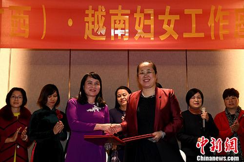 图为广西壮族自治区妇联主席刘咏梅与越方代表合影留念。记者 俞靖 摄