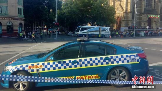 当地时间12月21日,澳大利亚墨尔本市中心发生汽车冲撞人群事件,造成至少十几人受伤。图为警方控制现场。 中新社发 嘉迪 摄