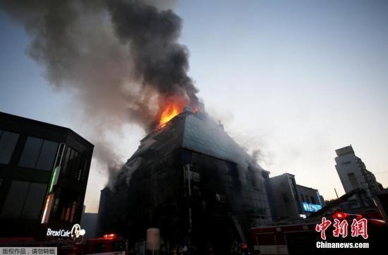 资料图:当地时间2017年12月21日下午3点53分,韩国庆尚北道堤川市下所洞一栋8层建筑突发大火。