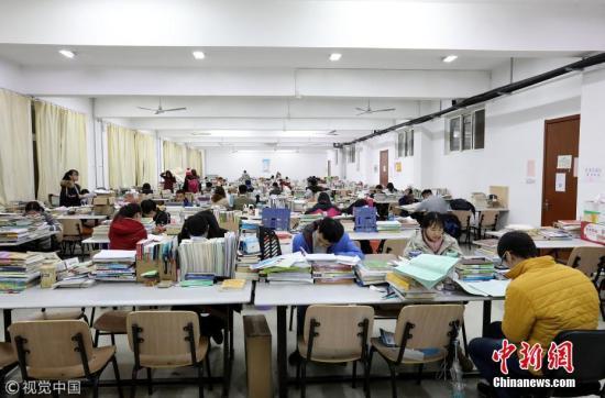 资料图:大学生在自习室内备考。 图片来源:视觉中国