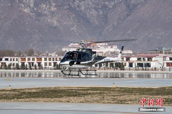 """空客H125""""小松鼠""""直升机载着首批体验者从拉萨河畔起飞,沿拉萨河谷上空飞行,从柳梧新区至东郊纳金大桥形成""""8""""字形的航线区间,途中能远眺布达拉宫、大昭寺金顶、俯瞰拉萨河景观带,体验时长12至15分钟。中新社记者 何蓬磊 摄"""