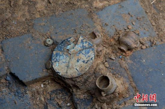 资料图:一座宋代古墓内出土的铜镜等文物。岳华刚 摄