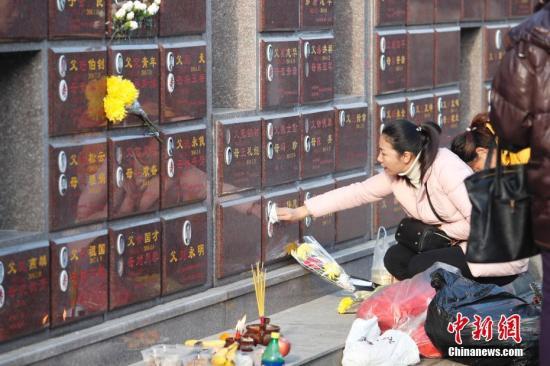 市民:市民前往墓园祭祖扫墓,寄托回忆与思念。 <a target='_blank' href='http://www.chinanews.com/'>中新社</a>记者 张亨伟 摄