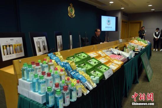 資料圖:香港海關展示懷疑冒牌化妝品及護膚品。 中新社記者 譚達明 攝