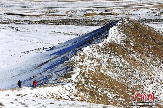 """近日,位于甘肃省最西端的阿克塞哈萨克族自治县的哈尔腾地区迎来下雪天,为哈尔腾草原披上了""""冬日银装""""。蓝天白云的映衬下,雪山层峦叠嶂,处处表现银装素裹的高原雪景。 高宏善 摄"""