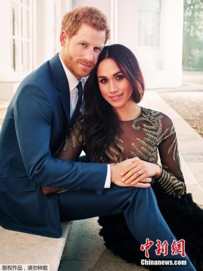 资料图:2017年12月22日,肯辛顿宫公布哈里王子与未婚妻梅根的在浮若阁摩尔宫拍摄的官方订婚照。英国哈里王子和未婚妻梅根的婚礼定于明年5月19日在温莎城堡(Windsor Castle)的圣乔治教堂举行婚礼举行。33岁的哈里是英国王储查尔斯和戴安娜王妃的次子,是英国王位的第五顺位继承人。