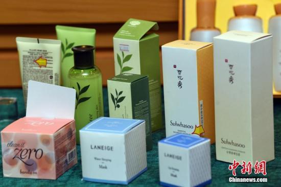 资料图:怀疑冒牌的化妆品及护肤品。 /p中新社记者 谭达明 摄