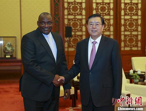 12月22日,中国全国人大常委会委员长张德江在北京人民大会堂会见了冈比亚总统巴罗。中新社记者 刘震 摄