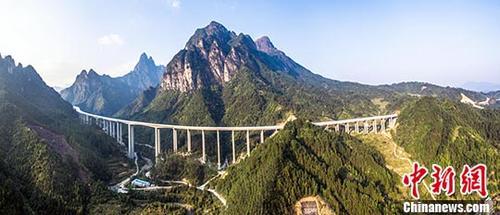 12月22日,广西梧州至柳州高速公路宣布建成通车,桂粤新增便捷通道。梧柳高速是广西目前已建成的里程最长、投资最大的高速公路项目,主线全长213公里,连接线长100.14公里,批复概算196.54亿元人民币,是广西中部、东部地区通往珠三角发达经济圈的最便捷通道。中新社记者 桂交投 摄