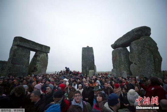 资料图:2017年12月22日,英国威尔特郡,数千民众涌向巨石阵迎接日出,庆祝冬至日的到来。