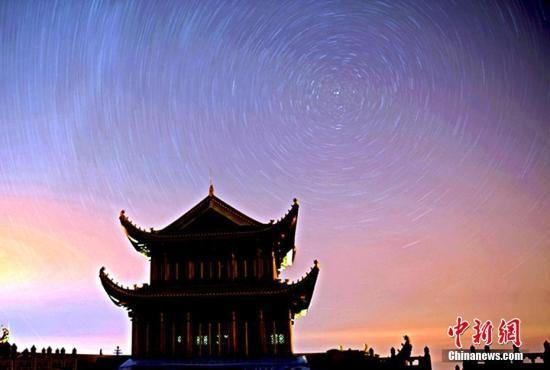 资料图:金顶观星轨,看流星雨。 刘忠俊 摄