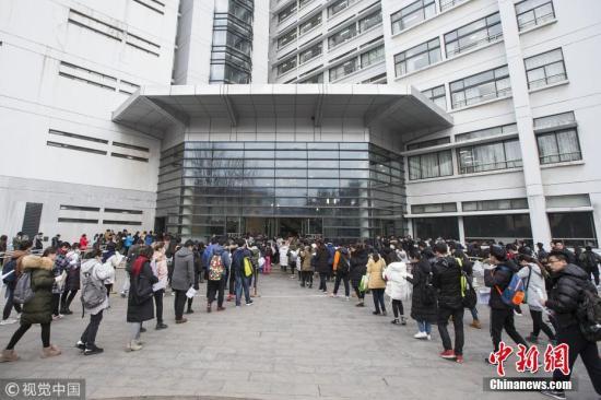 资料图:考生排队进入考场。 苏阳 摄 图片来源:视觉中国