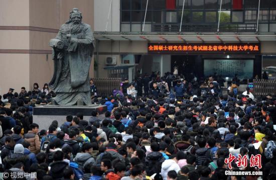 资料图:考生步入考场。 吴铭 摄 图片来源:视觉中国