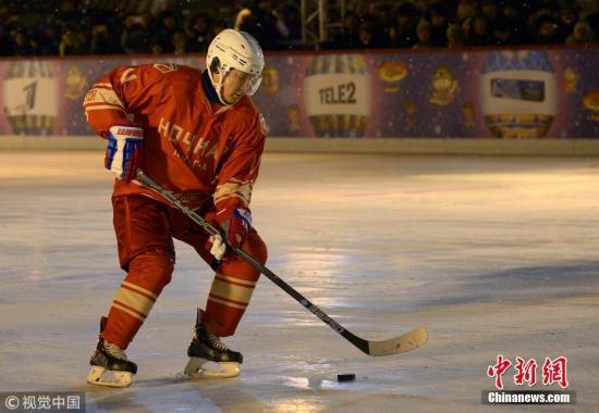 资料图:俄罗斯总统普京参加夜间冰球联盟友谊赛。 图片来源:视觉中国
