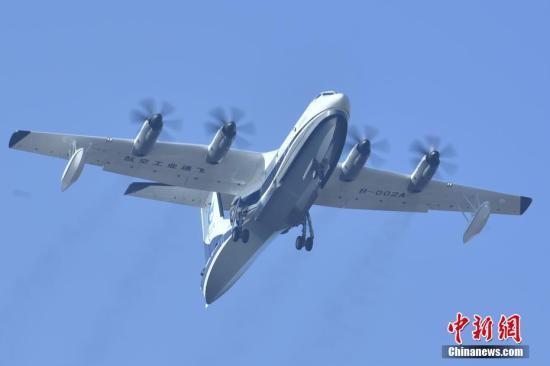 12月24日,备受关注的全球在研最大水陆两栖飞机AG600在珠海金湾机场进行首次研发试飞。 <a target='_blank' href='http://www.chinanews.com/'>中新社</a>记者 陈骥�F 摄 文字来源:广州日报
