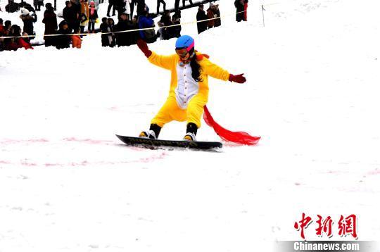 资料图:滑雪高手从山坡上自由滑下。 陈茂霖摄