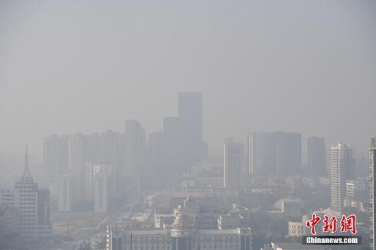 12月25日,空气质量一直在中国排前列的昆明突然出现污染天气即山东陵县工商局和粮食局进行沟通核实。,城区一片雾蒙蒙。 记者 刘冉阳 摄
