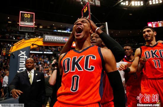 威斯特布鲁克可能也将离开雷霆。(资料图:NBA赛场,雷霆与掘金的比赛中,威斯特布鲁克一记压哨三分绝杀掘金。)