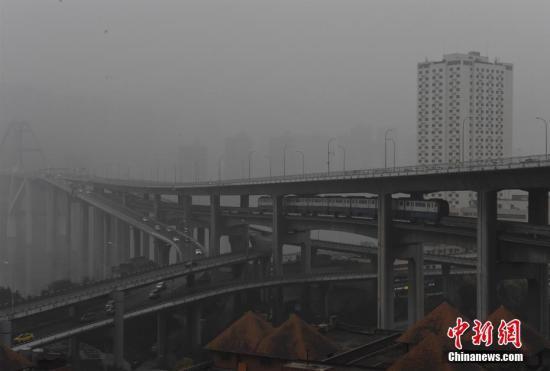 """资料图:重庆空气质量遭遇""""中度污染"""",主城天空被大雾笼罩,能见度低。 周毅 摄"""
