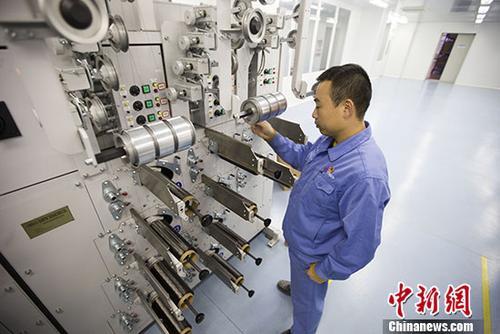资料图:科技人员在碳纤维生产线上工作。中新社记者 张云 摄