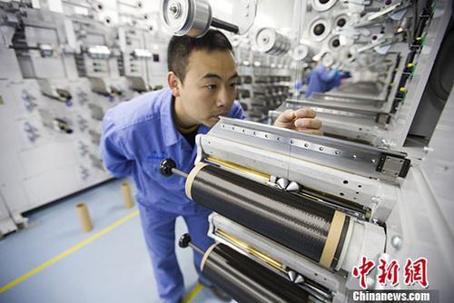 """图为中国科技""""工匠""""杨晗在生产线上作业。 中新社记者 张云 摄"""